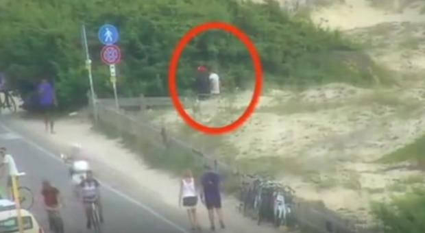 Spacciavano in spiaggia a due passi dai bambini: blitz antidroga a Gallipoli
