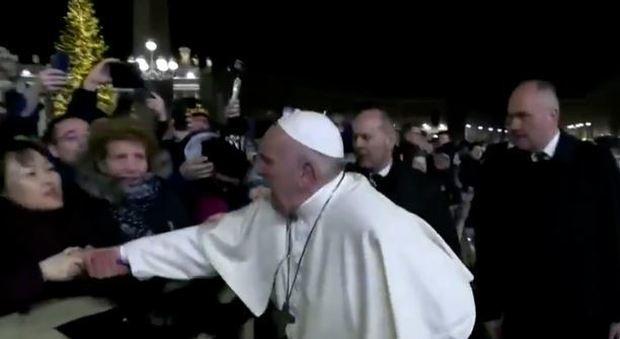 Schiaffo di Papa Francesco, che cosa avrebbe detto la donna cinese mentre rischiava di far cadere il Pontefice