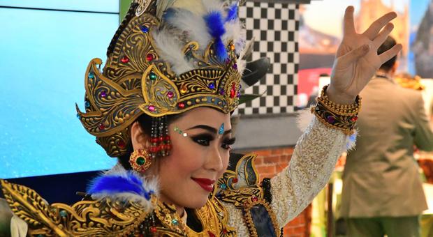 Danzatrice nello stand dell'Indonesia