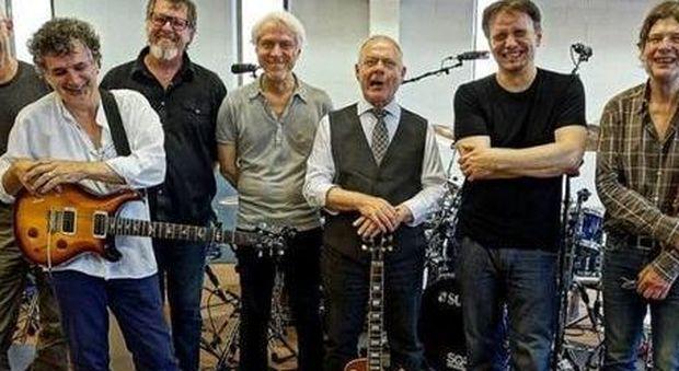 I King Crimson nella formazione attuale, al centro, con chitarra e cravatta, Robert Fripp