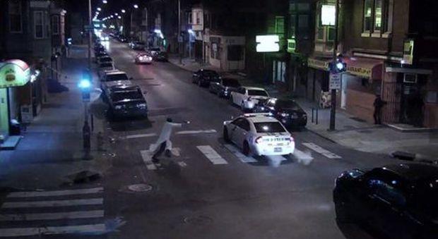 Usa, agguato in strada ad un agente di polizia: l'aggressore l'ha fatto in nome di Allah e dell'Isis