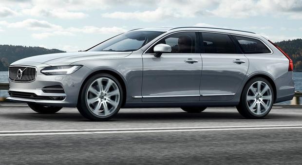 La V90 è il terzo modello introdotto da Volvo nella Serie 90, è dotata della tecnologia di guida semi-autonoma Pilot Assist, che include la rilevazione della presenza di animali di grandi dimensioni sulla carreggiata e il sistema di mitigazione dell'imp