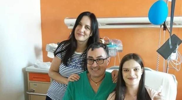 Il chirurgo con la ragazza e la madre