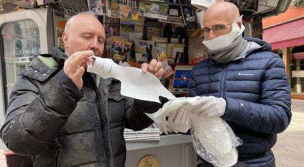 Coronavirus. Mascherine consegnate a Venezia, vanno a ruba: assalto alle edicole