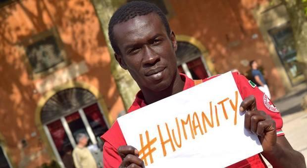 Razzismo, insulti a un volontario immigrato della Croce Rossa: «sporchi la divisa che indossi»