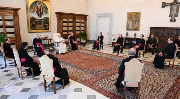 Papa Francesco l'unico leader che rifiuta la mascherina, persino Trump l'ha indossata