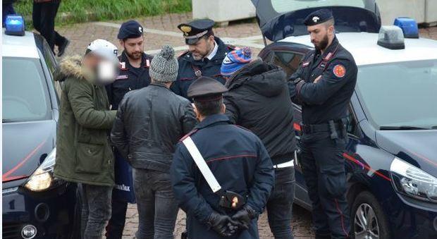 Un controllo anti-bullismo dei carabinieri davanti  a un istituti scolastico della Sinistra Piave