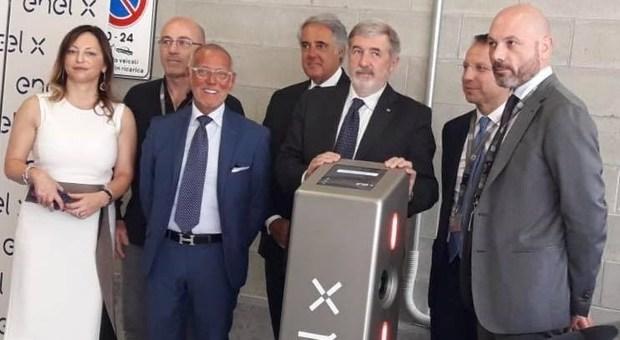 Il momento dell'inaugurazione della colonnina elettrica di Enel X  a Genova