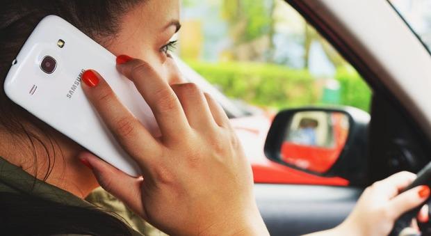 Alla guida con il cellulare in mano. Scattano i controlli in borghese
