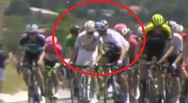 Pugno al rivale: Moscon espulso dal Tour del France, ora rischia il licenziamento