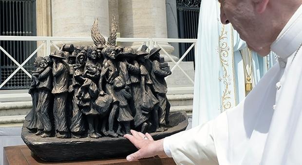 Nuovo monumento in piazza San Pietro: spunta un barcone di migranti in bronzo