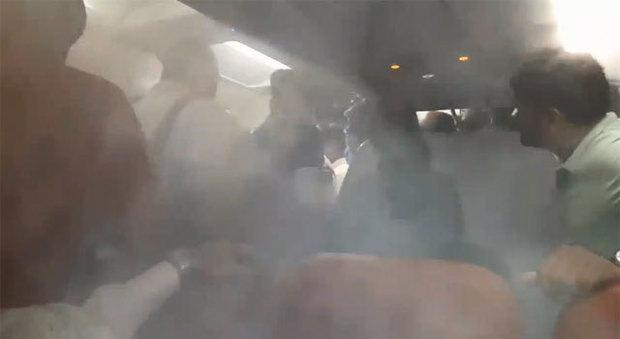 Volo cancellato, il pilota reprime la protesta dei passeggeri con metodi decisamente poco urbani
