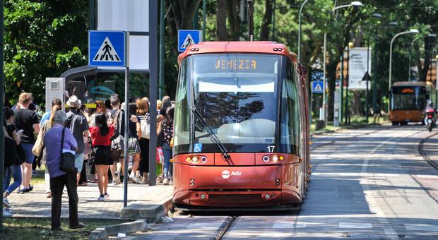Il tram ad una delle fermate lungo viale San Marco a Mestre