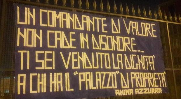Sarri, spunta lo striscione a Napoli: «Ti sei venduto la dignità»