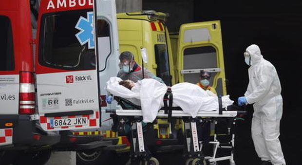 Coronavirus in Spagna, record di vittime: 738 morti in 24 ore, più della Cina. Esercito chiede aiuto alla Nato