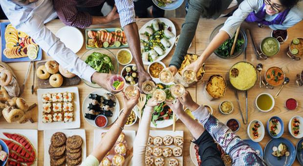 Alimentazione, mangiamo di più se siamo in compagnia: «Azione legata all'istino di sopravvivenza»