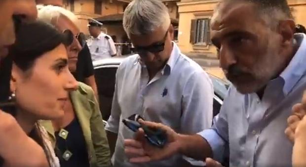 Roma, alta tensione in strada tra la sindaca Raggi e il vicepresidente di Casapound