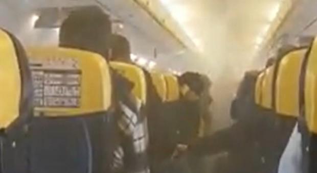 Fumo in cabina, panico sul volo Ryanair: l'aereo costretto all'atterraggio d'emergenza