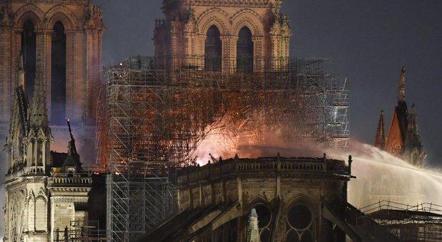 Notre-Dame, il giallo del cantiere incustodito e il flop del sistema antincendio