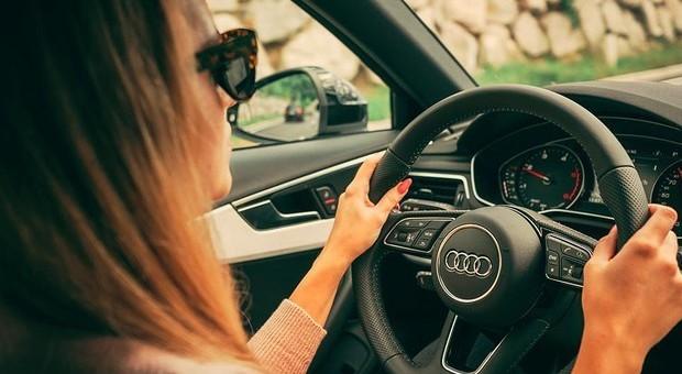 Le donne provocano meno incidenti stradali degli uomini: più prudenti e attente all'alcol