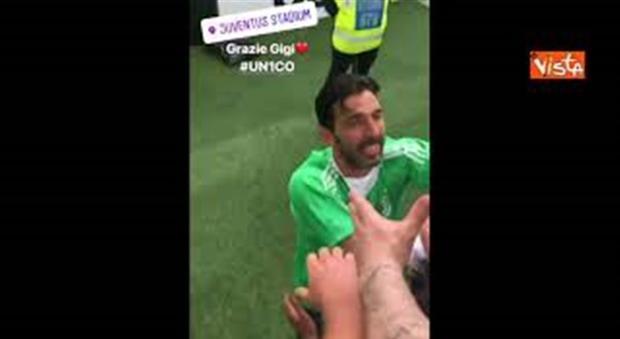 Buffon chiude con la Juventus, abbracci e lacrime allo Stadium