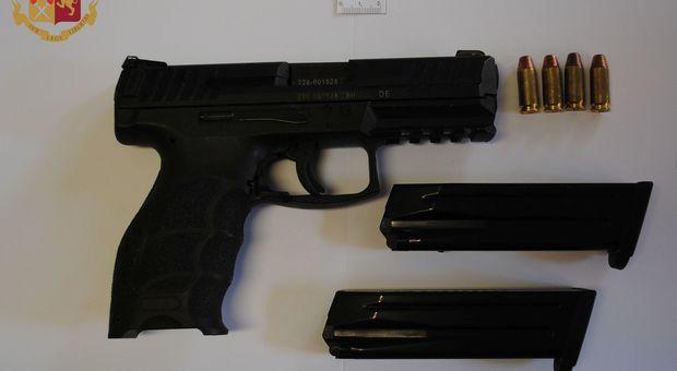 Una delle pistole sequestrate