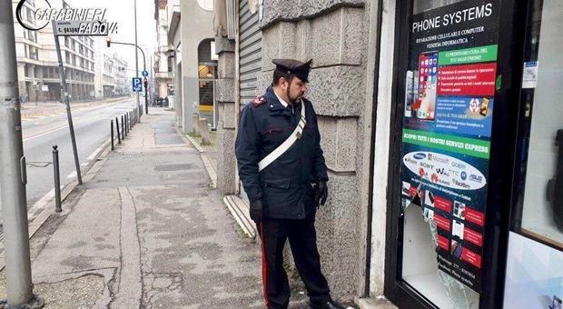 I carabinieri sono intervenuti in corso del Popolo al negozio Phone Systems