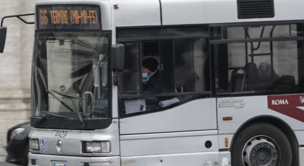 Coronavirus a Roma, niente distanziamento sugli autobus: ecco le 10 linee più affollate