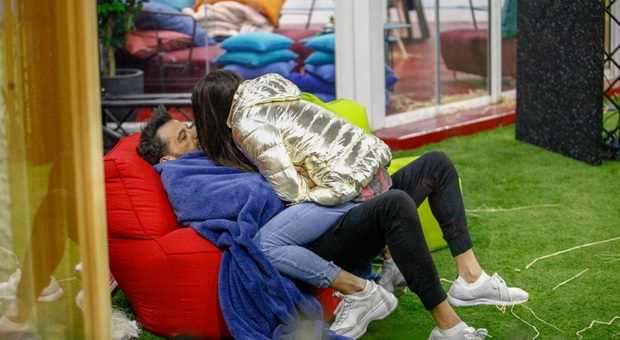 Grande Fratello Vip 2020, Pago difende Serena dal fratello: «L'ho voluta io qui, non è mai stata così innamorata»