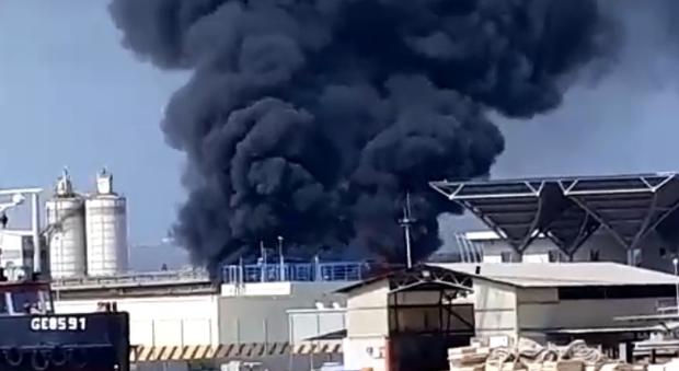 La colonna di fumo dal treno in fiamme
