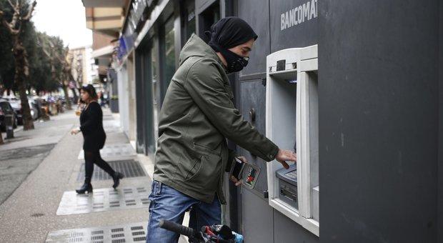 Coronavirus, l'appello dell'Abi: «Non andate in banca». Fisco, sospeso l'invio delle cartelle