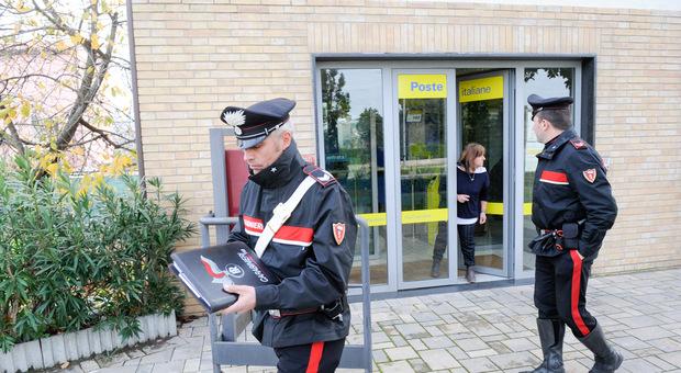 Colpo choc all'ufficio postale, in azione due banditi armati. Impiegati e clienti sequestrati