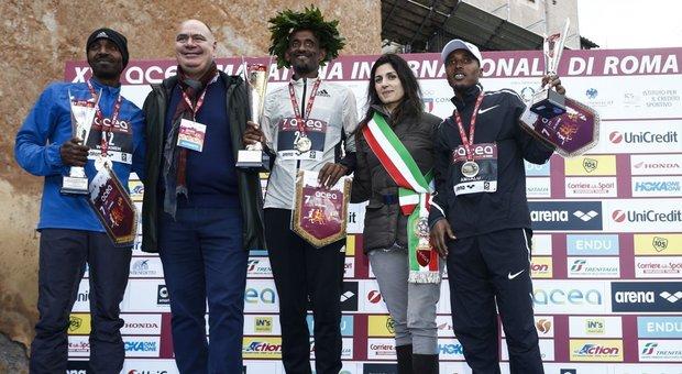 La sindaca Raggi premia i vincitori Alemu Megertum che ha firmato il record femminile della maratona di Roma,  e Tebalu Zawude Heyi