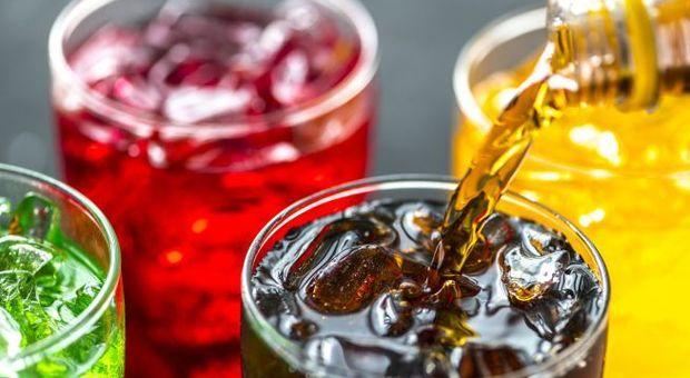 Tumori, allarme bibite zuccherate: abusarne aumenta il rischio del 18%