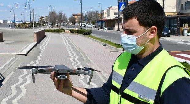 Il pilota-operatore con il drone