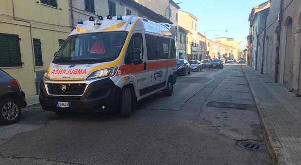 Urla e minaccia i vicini poi si rasserena quando arrivano i carabinieri