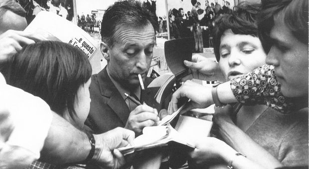 Gianni Rodari rilascia autografi in una foto d'epoca
