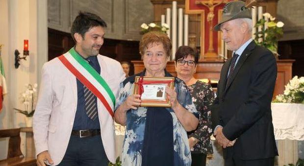 Da sinistra il sindaco Paolo Perenzin, la figlia Delfina Zanin, il vicepresidente dell'Ana Feltre Carlo Balestra