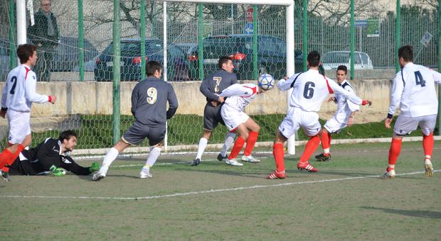 Un'occasione da rete durante una partita di calcio
