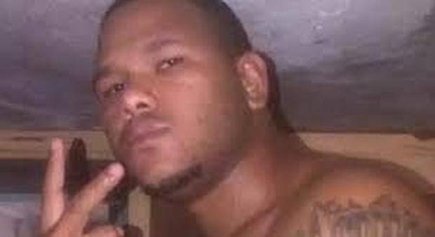 Poliziotti uccisi, killer lancia lavatrice contro guardie carerarie: ferito un agente