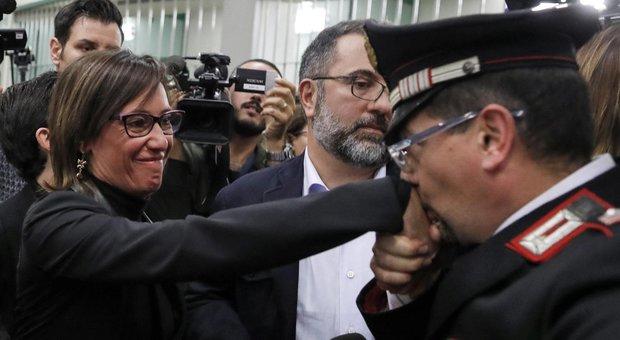 Cucchi, carabinieri fa baciamano a Ilaria: «Finalmente giustizia»