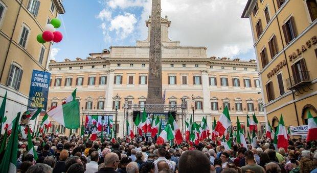 Fiducia, Fdi e Lega in piazza. Salvini: «Saluto ai poltronari». Spuntano anche saluti romani