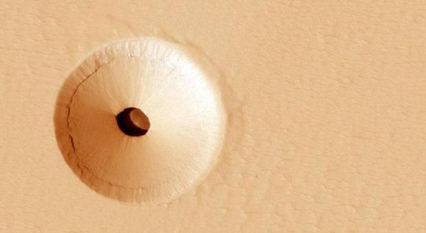 Marte, misterioso buco su Marte, forse la bocca di una caverna