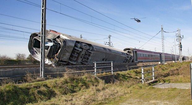 Treno deragliato a Lodi: morti 2 macchinisti, 31 feriti. Indagini su uno scambio «forse lasciato aperto». Sfiorata carneficina. Ritardi e cancellazioni