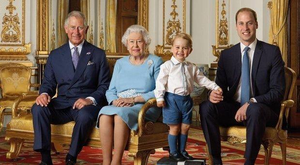La regina Elisabetta prepara i dolci con il figlio e i nipoti