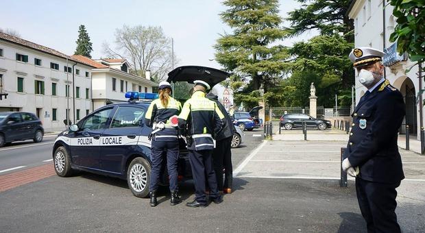 La Polizia locale di Treviso durante i controlli