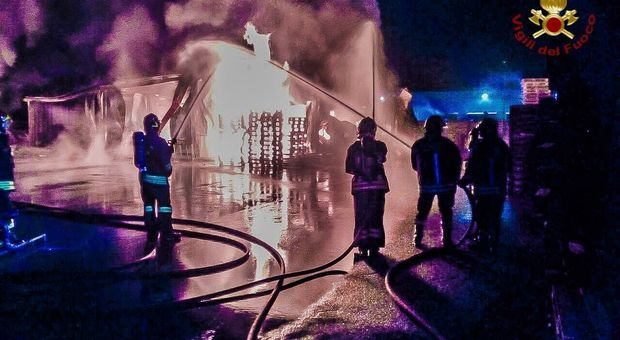 I vigili del fuoco mentre spengono l'incendio scoppiato l'altra notte nella fabbrica di Brugnera