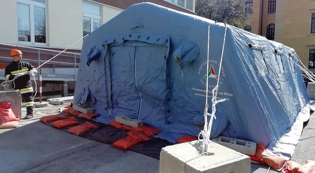 Una tenda allestita dalla Protezione civile fuori da un'ospedale per il pre triage da coronavirus