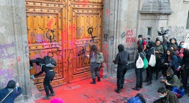 Ingrid uccisa e mutilata dal compagno: choc in Messico per le foto pubblicate e proteste per i femminicidi