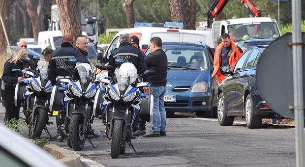 Roma, bambino si sente male in auto e muore: il traffico sulla Colombo era paralizzato